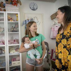 """""""Rahan taju on tässä hämärtynyt"""" – Vain tuhina puuttuu, kun muhoslaisen Meeri Murron reborn-vauvat koisivat omassa huoneessaan, aidolta näyttävät nuket myös aikuisten mieleen"""