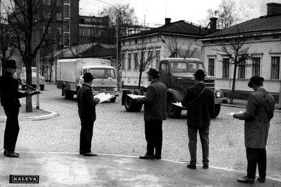 Vanhat kuvat: Tekun opiskelijat laskivat liikennettä Oulussa – kauppaoppilaitoksen olympialaisissa sangot saivat kyytiä
