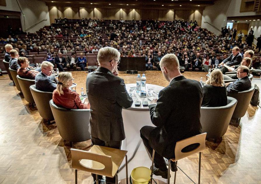 Keskusta voi Kalevan puoluekannatusmittauksen perusteella menettää neljänneksen kannatuksestaan Oulun vaalipiirissä. Kuvassa puolueiden puheenjohtajat Kalevan ja Ylen vaalipaneelissa.