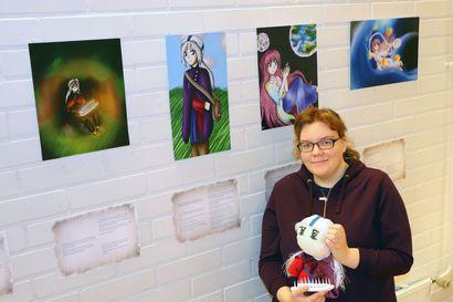Kalevalan naiset saivat uuden ilmeen mangatyyliin – Mariannen luoma Ajan aallot -näyttely vie runoin ja kuvin kalevalaiseen maailmaan