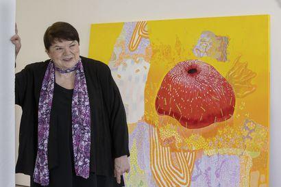"""Oululaisen kuvataiteilijan Kirsti Muinosen ajatukset leijailevat paljon avaruudessa ja luonnossa –""""Maalaaminen on semmoista pään tuuletusta"""""""