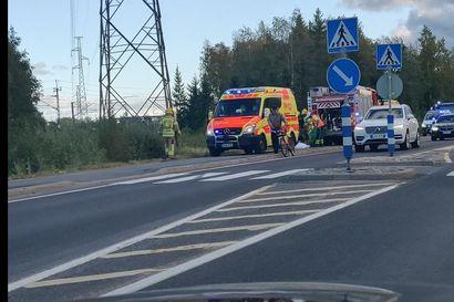 Henkilöauto suistui syvään ojaan Oulussa – kaksi henkilöä vietiin jatkohoitoon