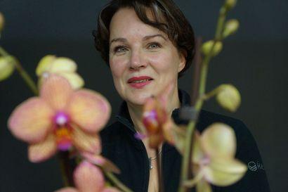 """""""Äiti, nyt on tilaisuutesi"""" – Leena Takkinen haaveili kukkakaupasta jo nuorena, teki pitkän uran toisella alalla ja avaa nyt viimein kukkakaupan"""