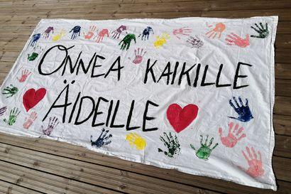 Attendo Ankkurissa tehtiin banderolli äitienpäivän kunniaksi