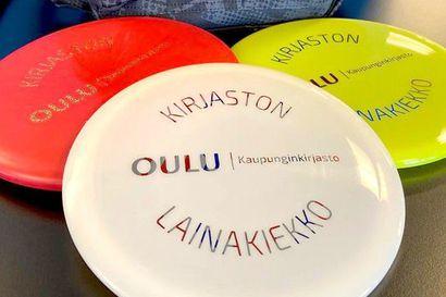 Oulussa pääsee kirjastojen kautta frisbeegolfin makuun – settejä lainataan kahdeksi viikoksi kerrallaan