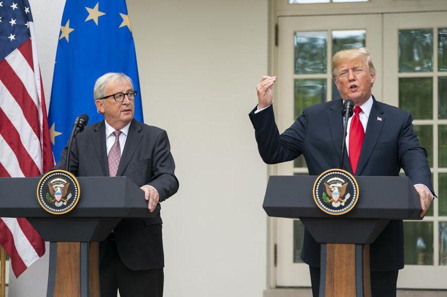 Euroopan komission väistyvä puheenjohtaja Jean-Claude Juncker tapasi Yhdysvaltojen presidentin Donald Trumpin vuosi sitten heinäkuussa. Silloin neuvotteluissa sovittiin, että EU laskee Yhdysvaltain teollisuutta koskevia tariffeja.