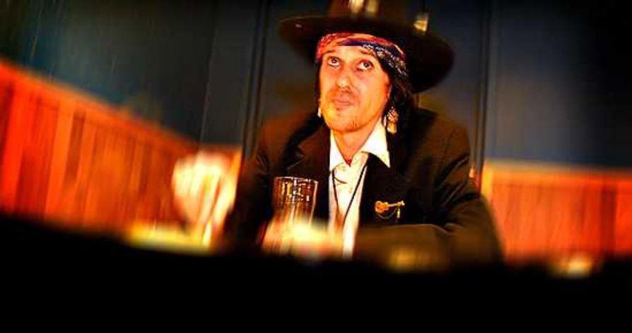 Pelkosenniemellä syntynyt Hanoi Rocksin legendaarinen kitaristi Andy McCoy alias Antti Hulkko saa synnyinkylänsä torille patsaan.