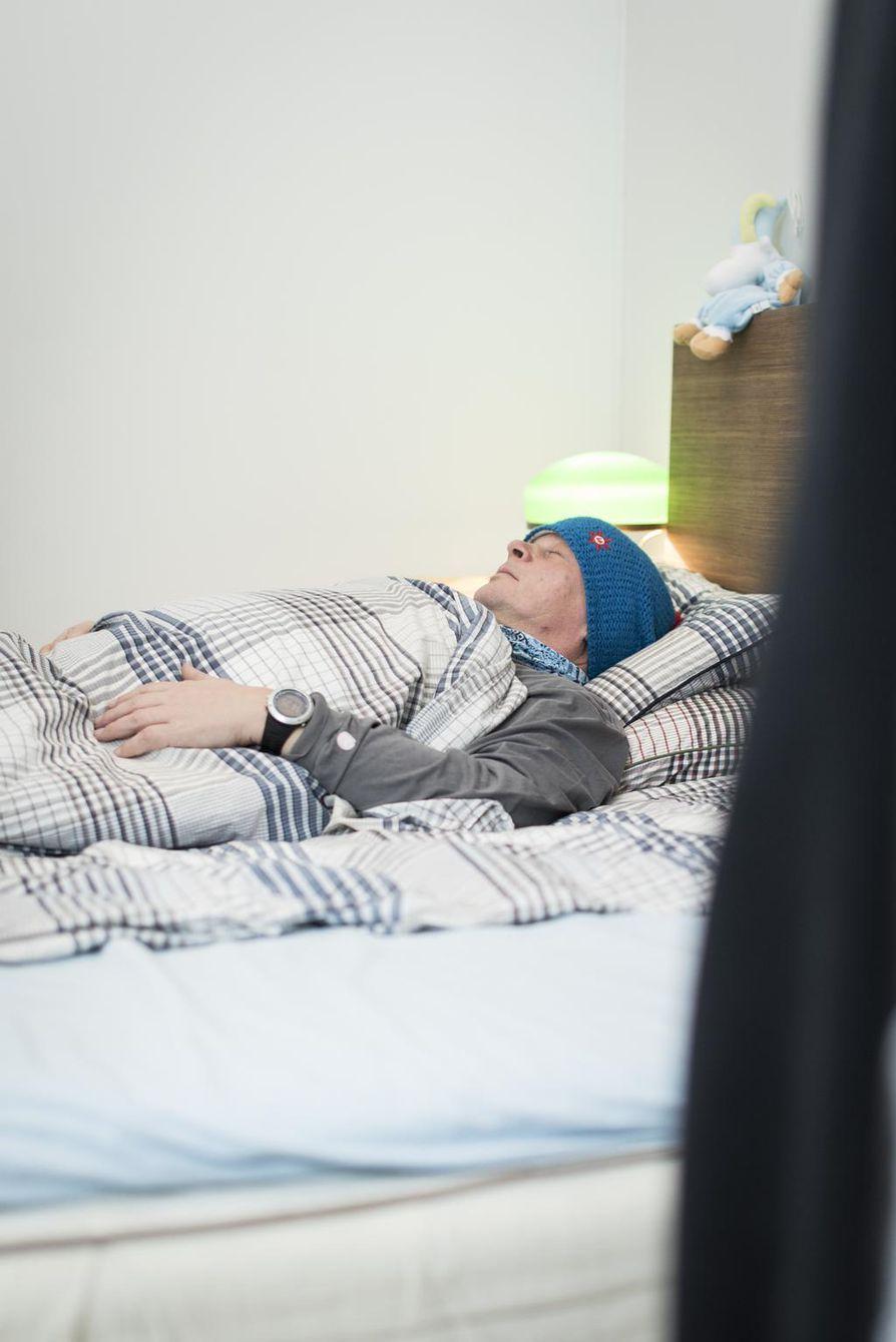 Mika Partanen saa makeat unet, kun makuuhuone on tarpeeksi viileä ja ikkuna mieluiten auki. Peitteen on kuitenkin oltava tarpeeksi paksu, sillä yöllä ei ole tarkoitus palella.