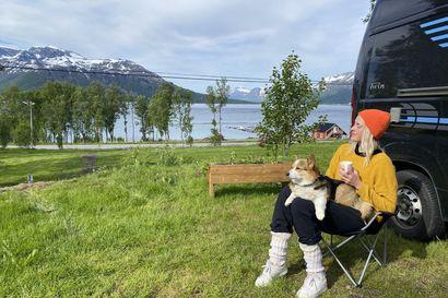 Yli 70 matkaparkkia avattu ympäri Suomen, jatkossa HalpaHallien pihoilla voi yöpyä asuntoauton kanssa – retkeilykärpänen puraisi Anne-Mari Lahtista uudelleen aikuisiällä