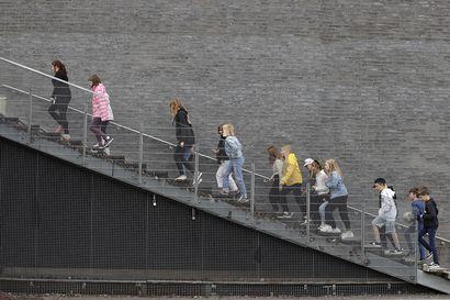 Poikkeusjärjestelyt luovat koulujen alkuun haasteita niin luokkahuoneisiin kuin pihamaalle – Oulu palkkaa koronatuella peruskouluihin jopa kymmeniä opettajia lisää