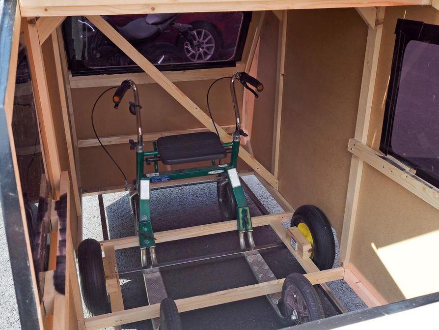 Mäkiautoyhdistelmää vetävän asuntovaunun sisuksista löytyy potkupyörä, mutta päällepäin se näyttää pienoiskokoiselta klassikkovaunulta pieniä yksityiskohtia myöten.