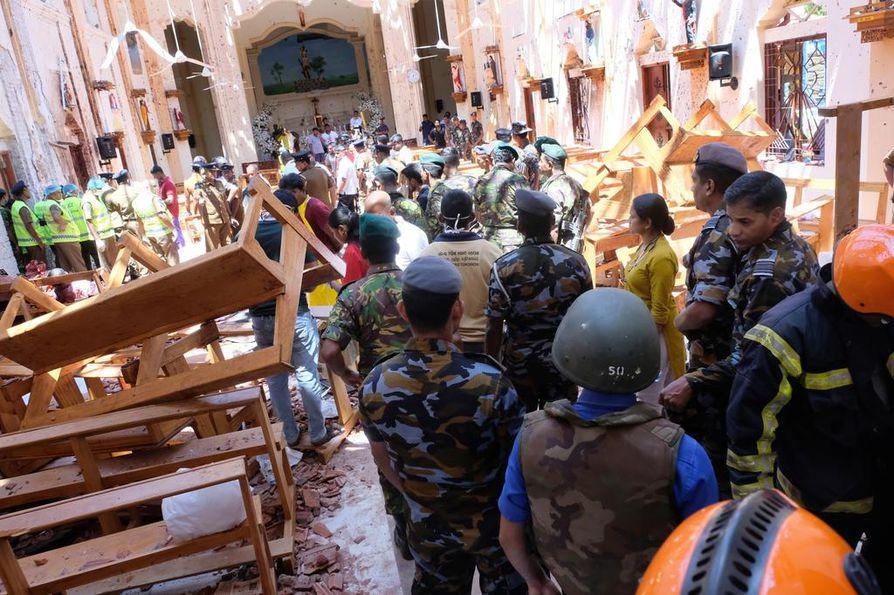 Poliisi ja kansalaiset tutkivat vahinkoja, joita räjähdys aiheutti Pyhän Sebastianin kirkossa.