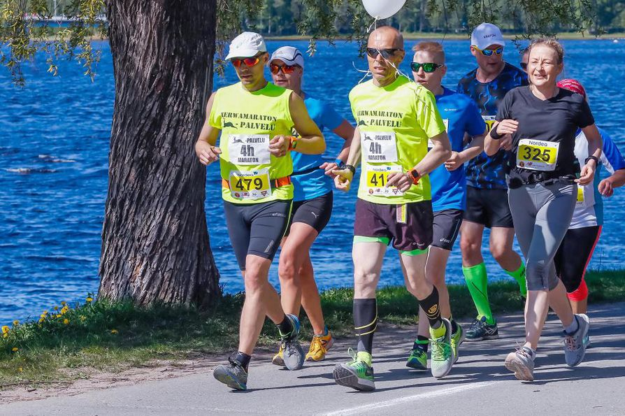 Lauri Mikkonen (oikealla etualalla) juoksee jo 170:nnen maratonin.