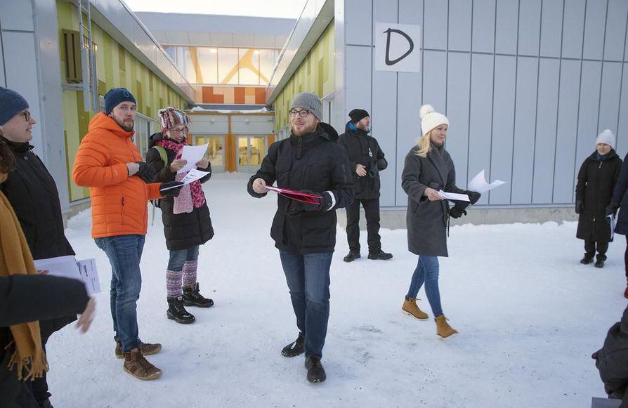 Ekaluokkalaisten vanhemmat saapuivat torstai-iltapäivänä koululle. Käsissään heillä on oppilaaksiottopäätökset, joissa kerrotaan, että oppilaat on hyväksytty Ritaharjun koulun oppilaiksi.