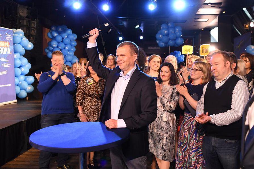 Kokoomuksen puheenjohtaja Petteri Orpo tuuletti vaalivoittoa jo silloin, kun ennakkoäänet tulivat.