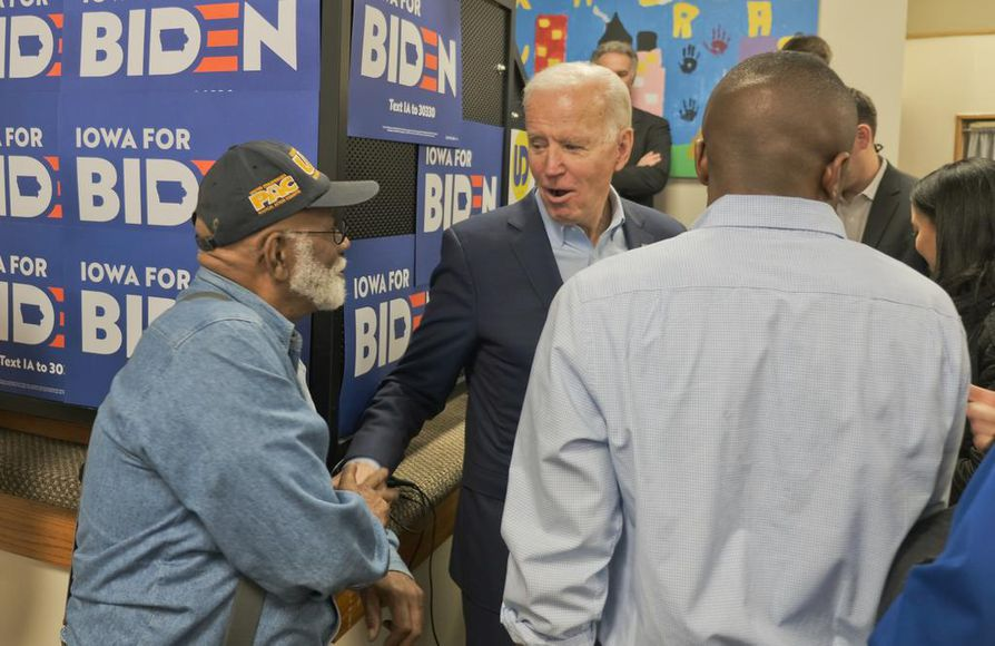Demokraattiehdokas Joe Biden (kesk.) tapasi kannattajiaa Des Moinesissa.