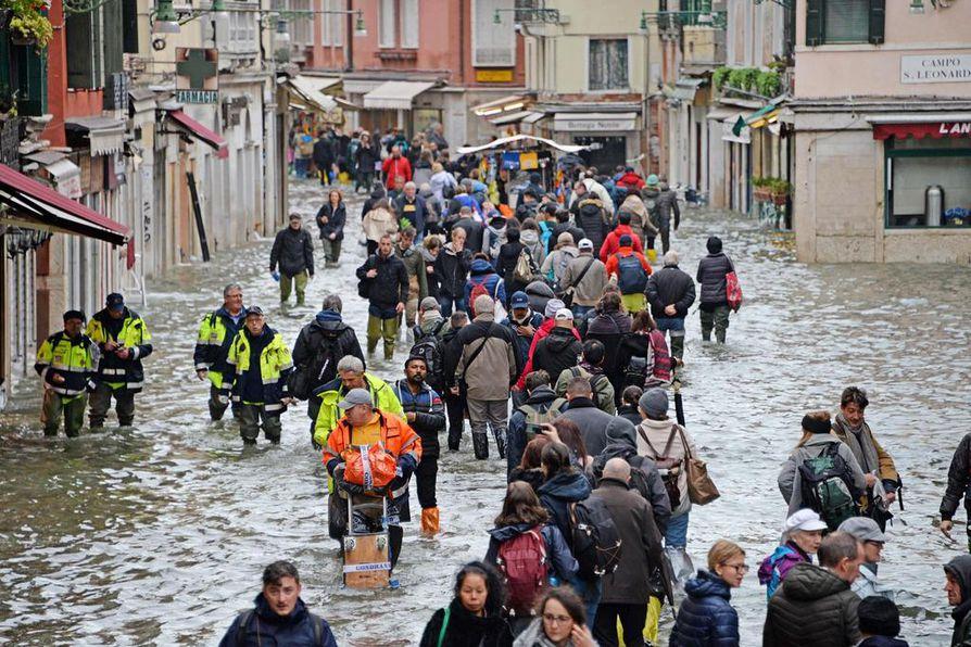 Tulvavesi valtasi perjantaina noin 70 prosenttia Venetsiasta. Kaupungin pormestari sulki pääsyn Pyhän Markuksen torille.