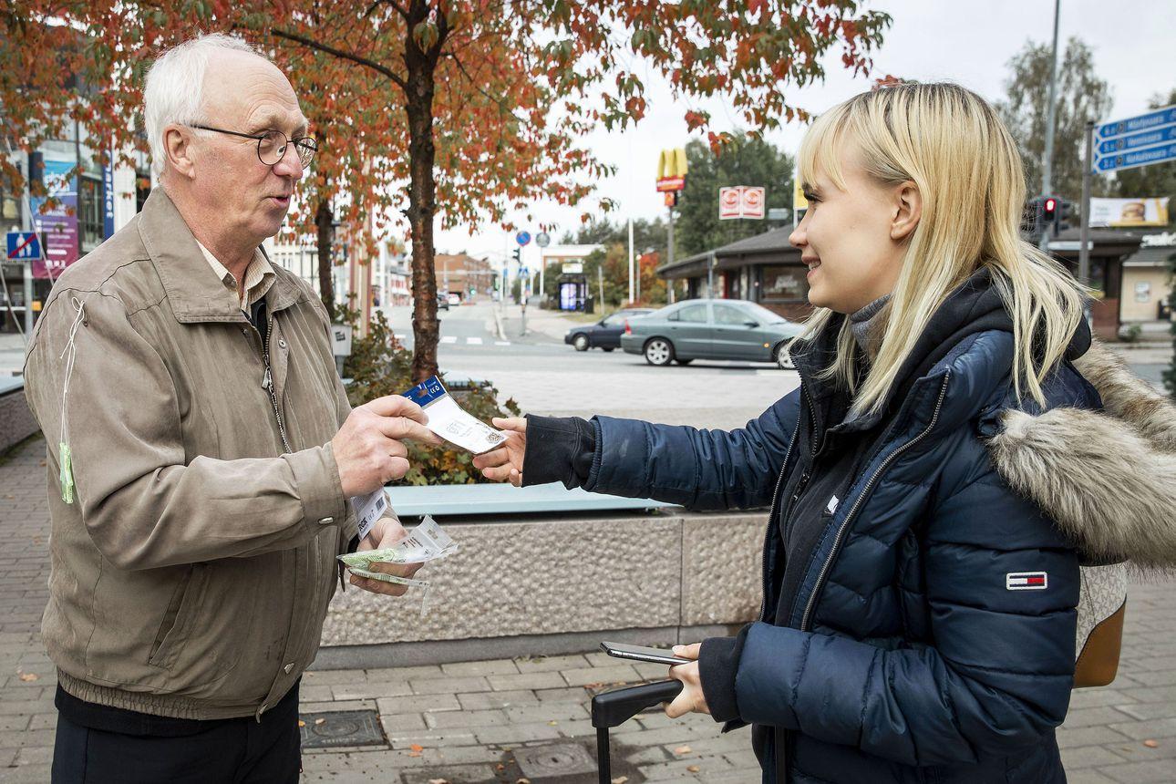 Heijastinmies iskee taas – rovaniemeläinen Esko Palovaara on lahjoittanut lappilaisille tuhansia heijastimia