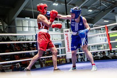 Kati Ylivirta ja Joonas Koivuranta tempautuivat heti kisatunnelmaan – nyrkkeilyn SM-kisat käynnistyivät lappilaisittain komeasti