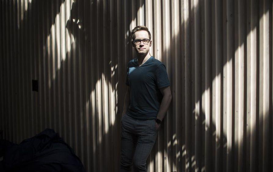 Maantiedettä opiskeleva Tom-Erik Toikka opiskelee kesälläkin yliopiston tiloissa.