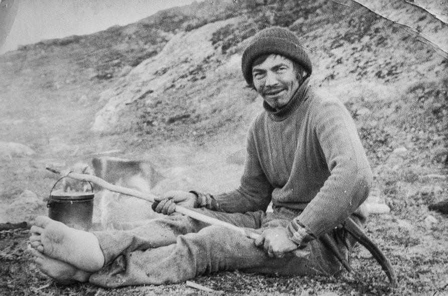 1975. Johan Aslak Labba pitää taukoa vasanmerkinnän lomassa Maasevaarassa, Saanalta itään.