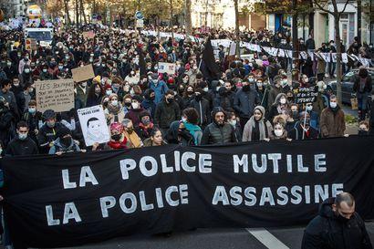 Poliisien kuvaamista rajoittava uusi laki kuohuttaa Ranskaa, jossa on paljastunut useita poliisin väkivaltaisuuksia
