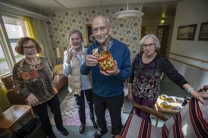 Sara Wacklinin kodin iäkkäät asukkaat keräsivät 760 euroa aivopesurin hankintaan yliopistolle – haastavat kaikki mukaan keräykseen