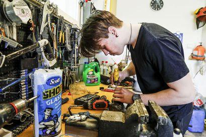 """Kesätöiden puute kannusti yrittäjäksi – Rovaniemeläinen Aatu, 17, korjaa pienkoneita autotallissa: """"On mukavampi tehdä jotain kuin olla tekemättä mitään"""""""