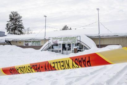 """Satoja neliöitä kattoa romahti ja seinä kaatui Kuusamossa, lumikuormaa epäillään – tiloissa toimiva yrittäjä: """"Onneksi kellekään ei käynyt mitään"""""""