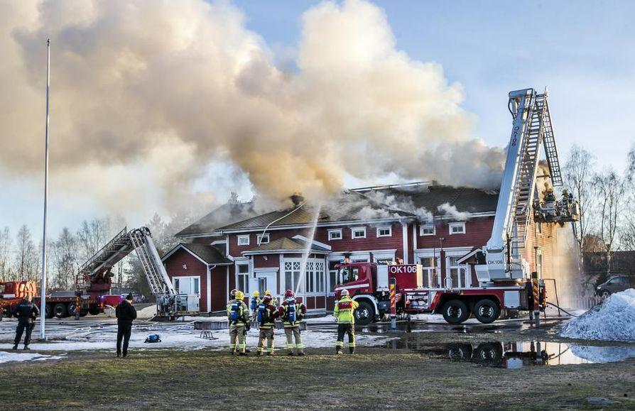 Kempeleen vanha pappilarakennus syttyi palamaan tiistai-iltana. Sammutustöissä on kymmenen pelastuslaitoksen yksikköä.