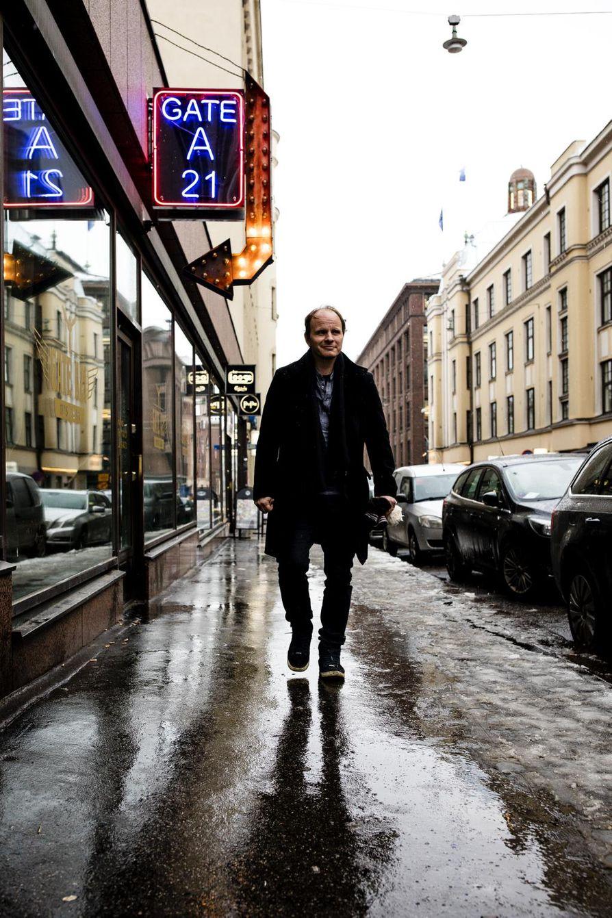 """Helsingin ja Lontoon välillä jatkuvasti sukkuloiva Dome Karukoski lepää Suomessa ollessaan. """"Tuntuu tosi hyvältä saada vetää välillä hieman happea. Täällä Suomessa elämänrytmi on onneksi paljon rauhallisempaa."""", Karukoski sanoo."""