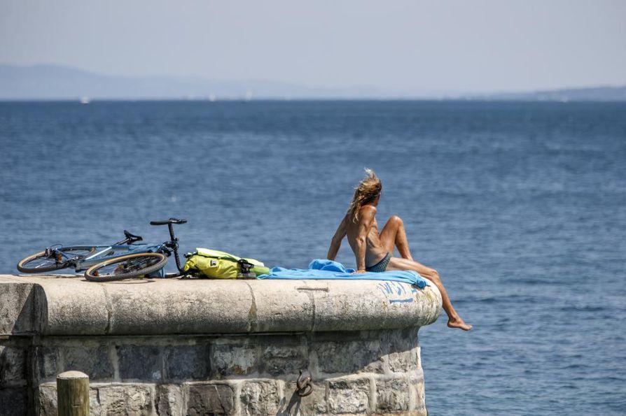 Geneva-järvellä Sveitsissä vietettiin päivää kuumassa kesäsäässä. Alkaneesta viikosta on tulossa jälleen poikkeuksellisen kuuma ympäri Euroopan.