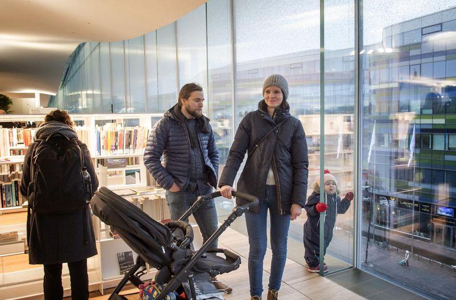 Ville Rantakokko ja Maria Kilponen päättivät katsastaa kohutun keskustakirjasto Oodin ostosreissun yhteydessä. Rosanna-tytär löysi mukavan nojailupaikan lasiseinästä.