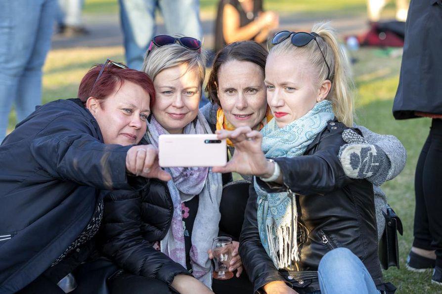 Työkaverit Kati Kuosmanen (vas.), Mea Korpela, Heli Palokangas ja Iina Karsikas tulivat Kuuska soi -festivaaleille viettämään yhteistä vapaapäivää.