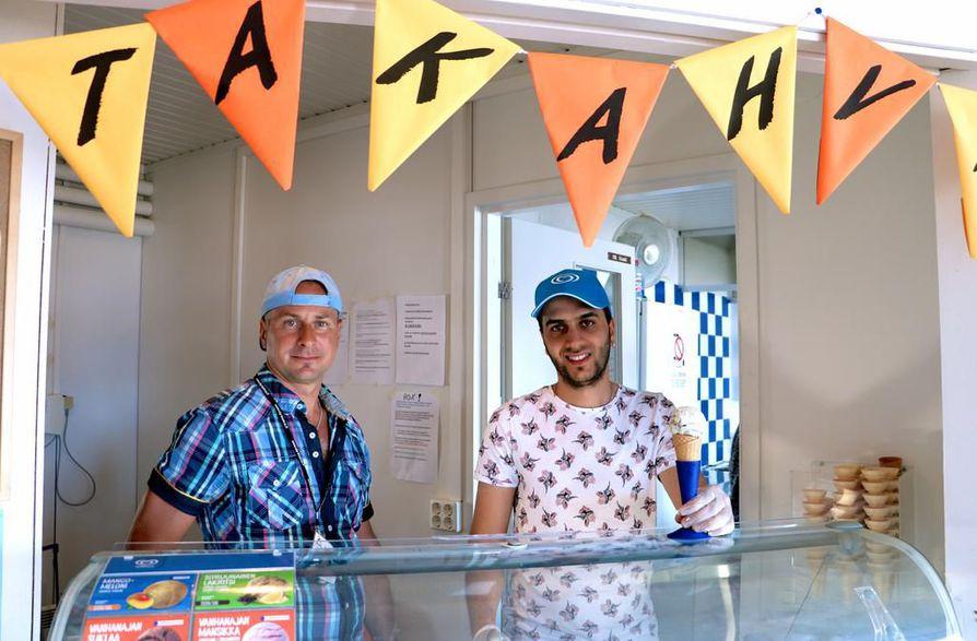 Café Rantsun tiimiesimiehen, Jani Alatalon (vas.) mukaan kahvila työllistää tänäkin kesänä kymmeniä oululaisia nuoria. Saif Hassoon on parhaillaan työharjoittelussa.