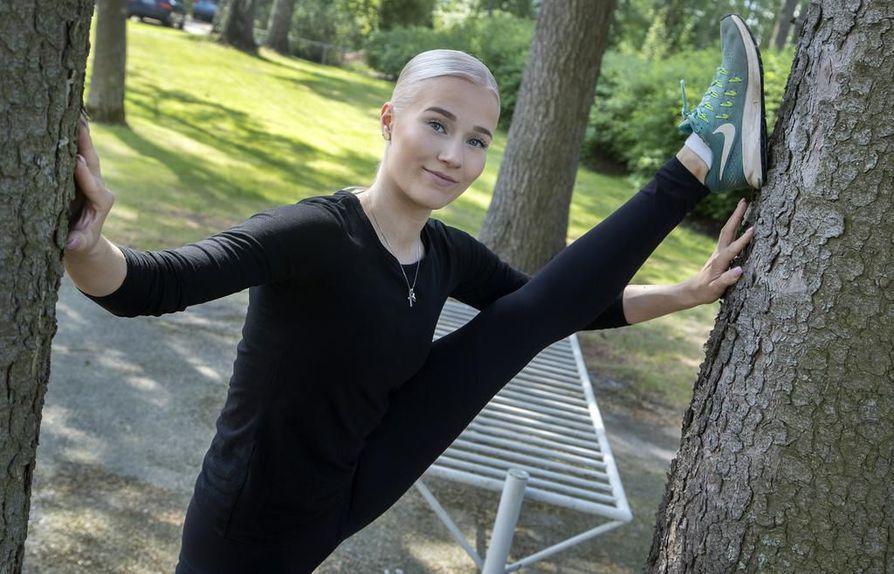 Vantaan Kaivokselassa asuva Henriikka Säkkinen harjoittelee kesän aikana itsenäisesti lenkkipoluilla ja kuntosalilla.