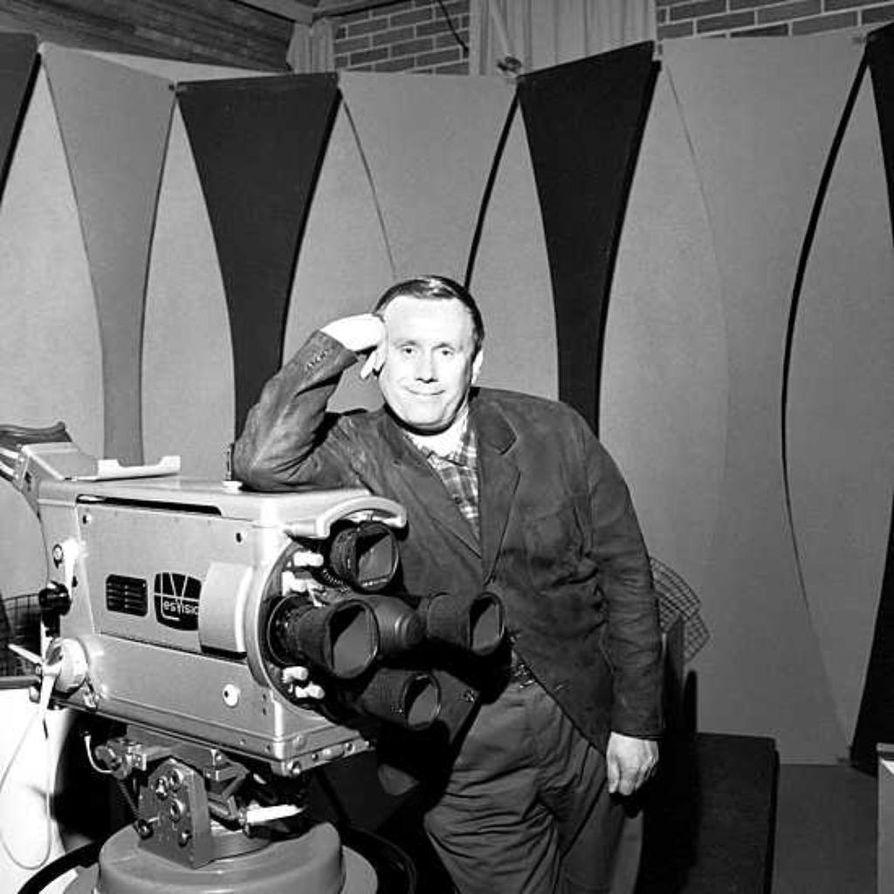 Vuoteen 1964 asti Levyraatia esitti Tesvisio, jonka studiossa Jaakko Jahnukainen tässä poseeraa. Yleisradion ostettua Tesvision ohjelma siirtyi Mainos-TV:n (nyk. MTV3) alaisuuteen.