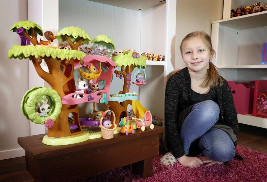 Neea Määttä leikkii ahkerasti kokoelmansa eläimillä. Hänellä on myös 11 Littlest Pet Shop -sarjan taloa.