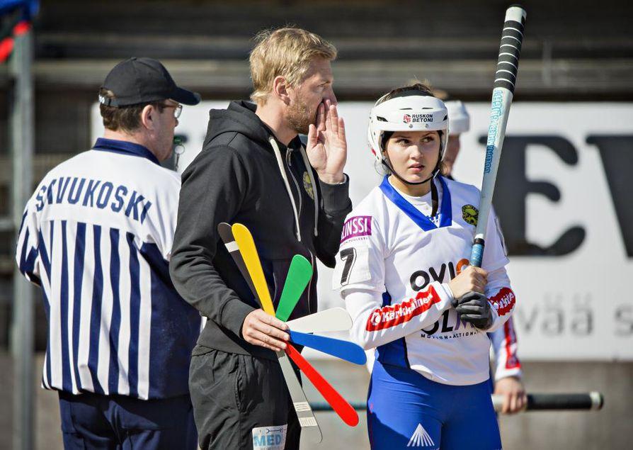 Lippo naiset valmentaja Antti Vihtkari ja Katrina Määttälä. Vasta 16-vuotias Katrina Määttälä on noussut kauden kuluessa Lipottarien tärkeimpien pelaajien joukkoon. Nousupelissä hän pelasi numerolla neljä. Arkistokuva.
