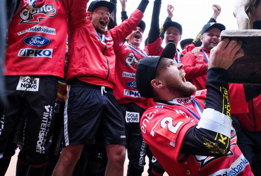 Joensuun Mailan kapteeni Tuomas Jussila nosti pojan ylös miesten superpesiksen 4. finaaliottelun Joensuun Maila vs. Sotkamon Jymy jälkeen.