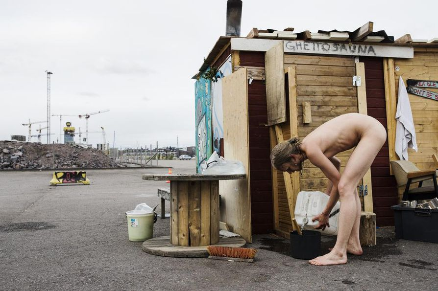 """Löylyvettä kuluu. Tuomas Lilleberg on yksi aktiiveista Helsingin Sompasaunalla, joka lämpiää nyt """"ghettosaunaksi"""" kutsutussa väistötilassa."""