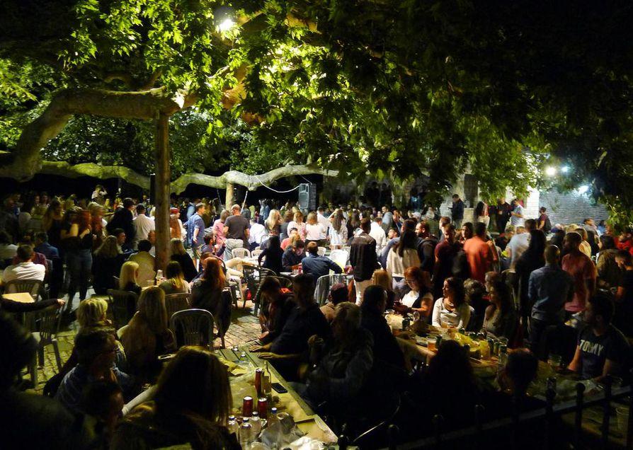 Juhla on valmis alkamaan. Panegyria eli Neitsyt Marian kuolonuneen nukkumisen juhlaa vietetään Kreikassa joka vuosi elokuun puolivälissä.