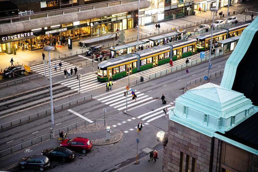 Helsingin päärautatieasema on Suomen vilkkain liikepaikka. Muutaman sadan metrin päästä asemasta sijaitsevat kaupungin tunnetuimmista nähtävyyksistä muun muassa Oodi, Amos Rex, Kiasma, Finlandia-talo, Kansallisooppera, Kansallismuseo, Kansallisteatteri ja Ateneumin taidemuseo.