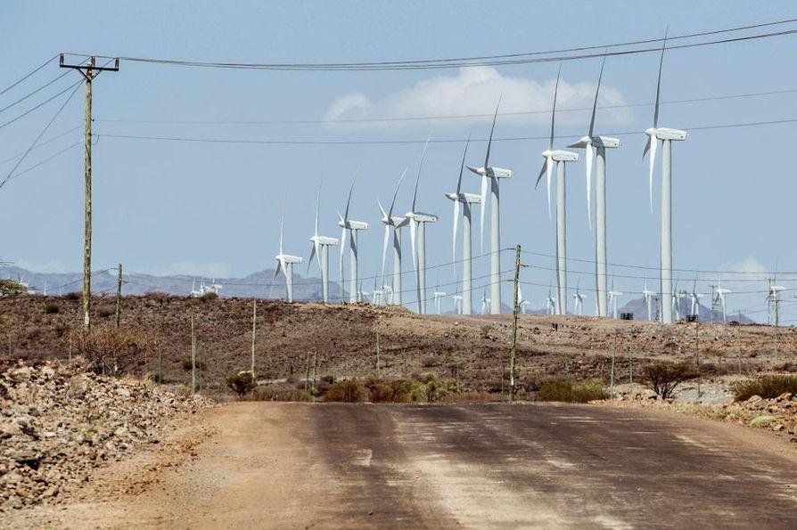 YK:n vaikuttavuussijoittamisohjelma keskittyy muun muassa uusiutuvan energian tukemiseen. Kuvassa on tuulivoimaloita Keniassa. Kuvituskuva.