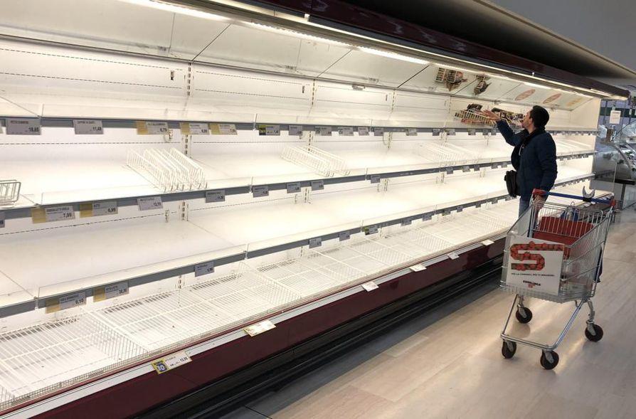 Pioltellossa Milanon lähellä supermarketin hyllyt olivat tyhjinä, kun ihmiset ovat hamstranneet ruokaa koronaviruksen pelossa.
