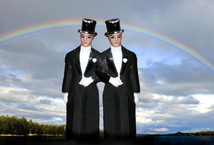Samuli Suonpään mukaan Oulun maistraattiin kehittyi viime vuonna automaattinen ilmiantojärjestelmä, jossa keskusrekisterin johtaja saa tiedon kuka homoparin on vihkinyt ja raportoi sen eteenpäin.