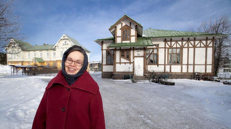 Puutarhamaista Raahen Seminaarin piha-aluetta hallitsee jyhkeä seminaarin päärakennus ja harjoituskoulurakennus. Sari Kauranen asuu talossa poikansa kanssa.