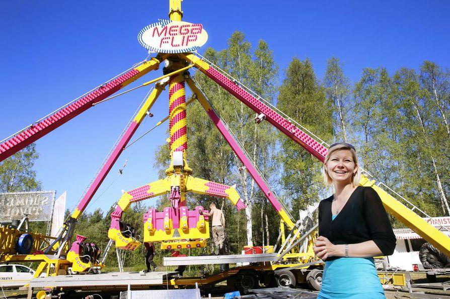 Lulu Sariola odottaa innoissaan avauspäivää. Taustalla viime kesänä hankittu Mega Flip-kieputin.