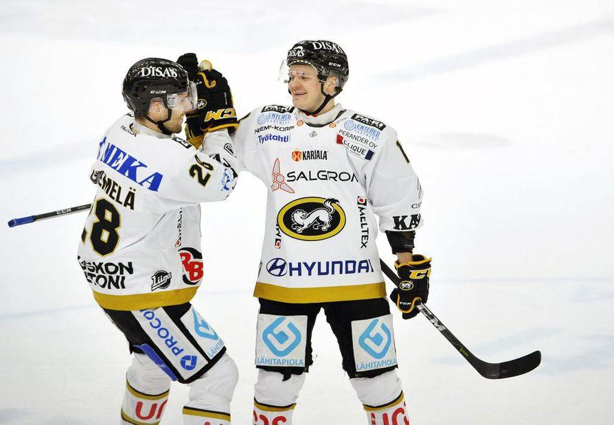 Mikko Niemelä (vas.) ja Julius Junttila vastasivat Kärppien maaleista Raumalla.