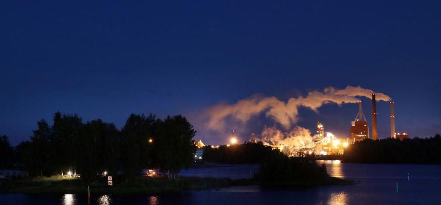 Nuottasaareessa Stora Enson tehtaiden yölliset valot ovat konkreettinen muistutus alati valvovasta kaupungista.